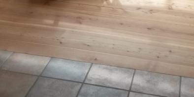 Holzdielen auf Fliesen