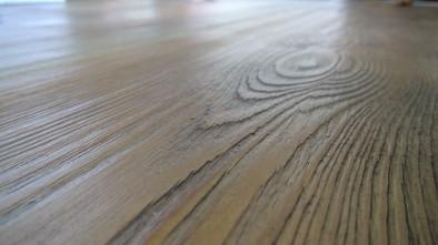 Holzdielen aus Kiefernholz dunkel