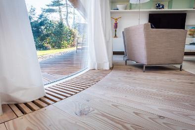weißer Holzboden aus Douglasie